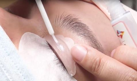 eyelash lifting glue applying